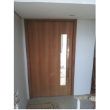 porta de madeira pivotante Luz