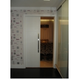 porta pivotante branca de madeira M'Boi Mirim