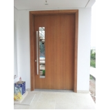porta pivotante sala em madeira Vila Tramontano