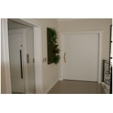 porta pivotante branca de madeira