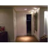 porta pivotante branca em madeira