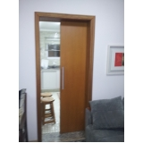 porta de madeira maciça pivotante