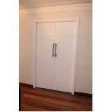 porta pivotante de madeira branca