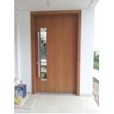 porta pivotante sala em madeira