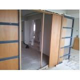 porta de correr para sala de madeira Grajau