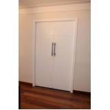 porta de madeira pivotante para sala vila ester