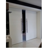 porta pivotante branca em madeira Santa Efigênia