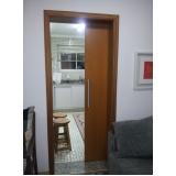 porta de correr em cozinha pequena