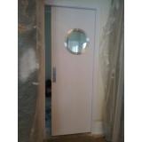porta pivotante branca com vidro